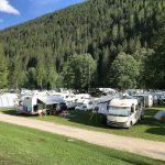 parcheggio di camper in mezzo alla natura