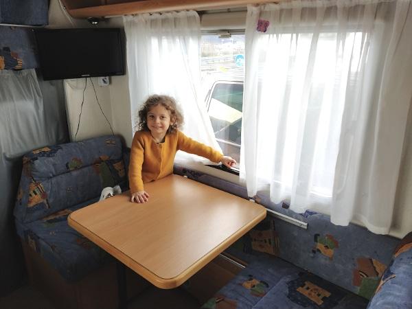 bambina in camper