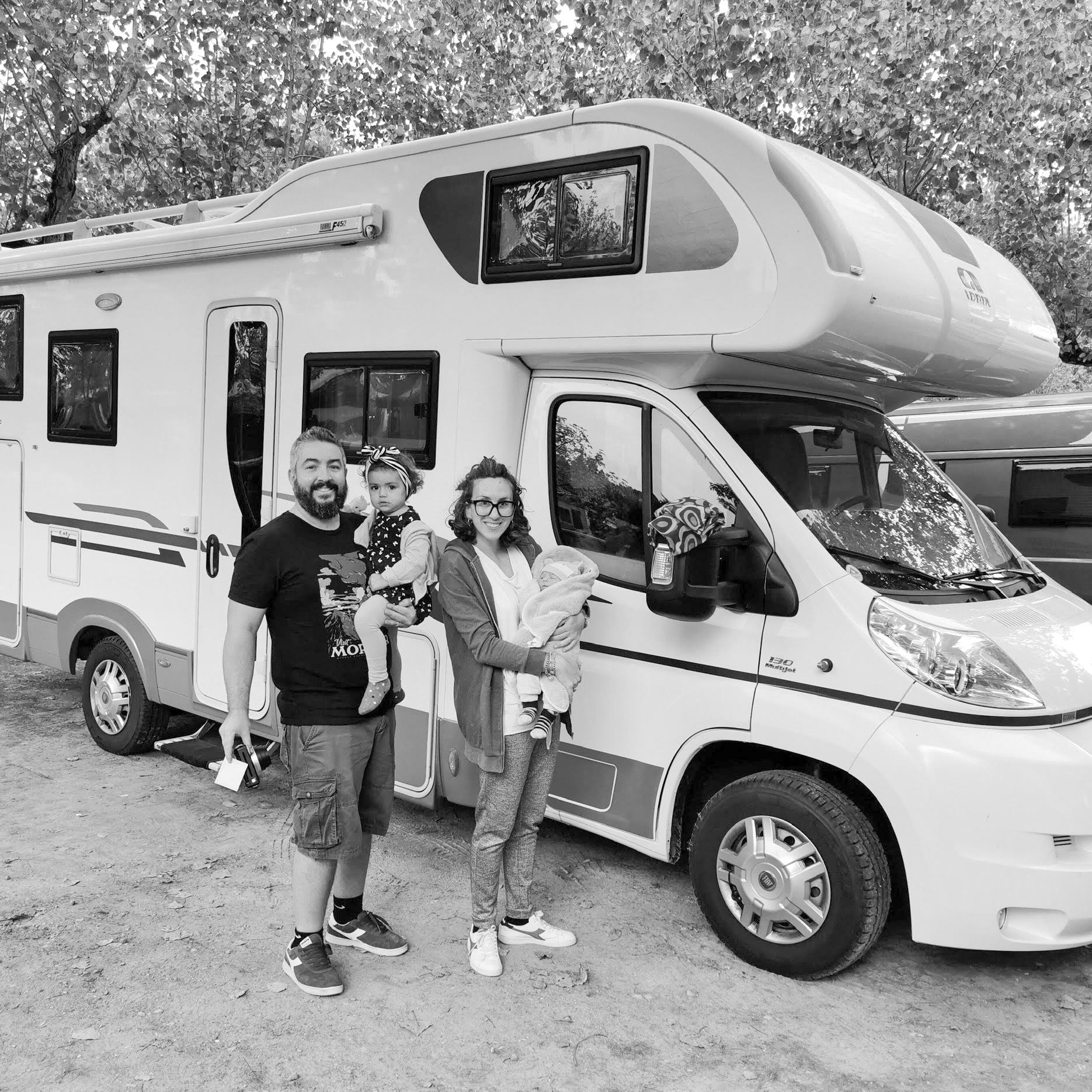 famiglia con camper