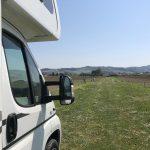 camper parcheggiato in mezzo alla campagna