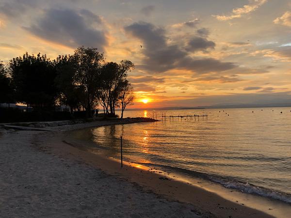 tramonto sul lago di Garda visto dalla spiaggia del campeggio la Quercia