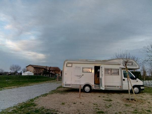 camper in sosta in campagna
