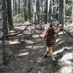 bambina cammina sul sentiero dei giganti della Sila