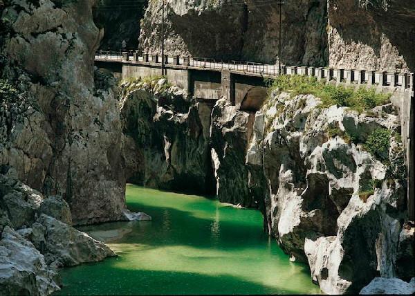 vecchia strada della Valcellina e fiume Valcellina