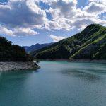 vista del lago di Ridracoli circondato dalle montagne