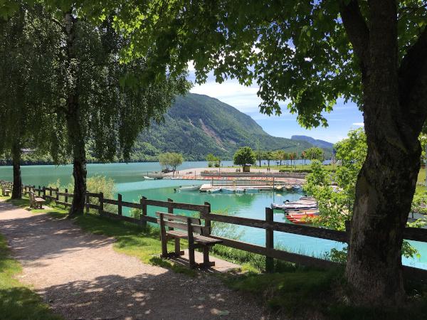 panchina vista lago con acque color smeraldo