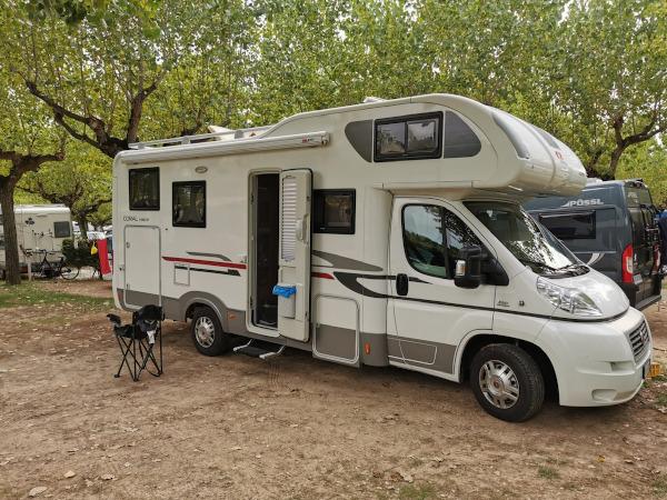 camper parcheggiato in campeggio