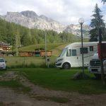 piazzole del camping rocchetta con montagne sullo sfondo