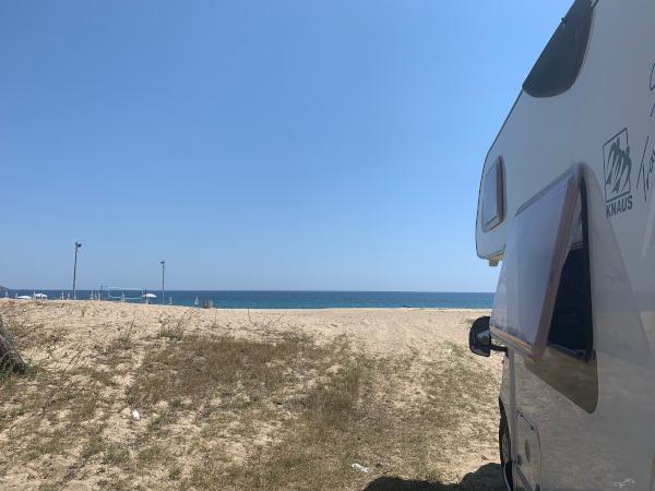 camper parcheggiato vista mare