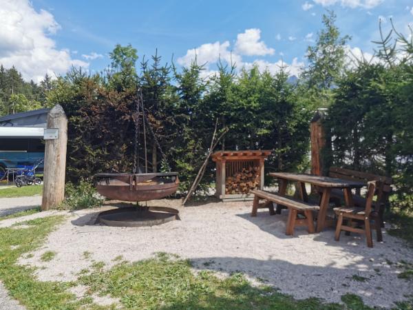area barbecue con tavolo e sedie in legno