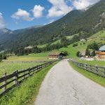 stradina nella valle di anterselva con le montagne sullo sfondo e le casette in legno