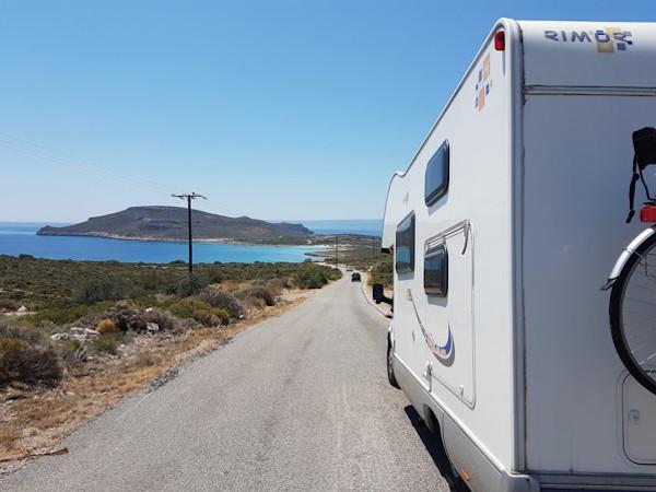 camper su strada con vista mare