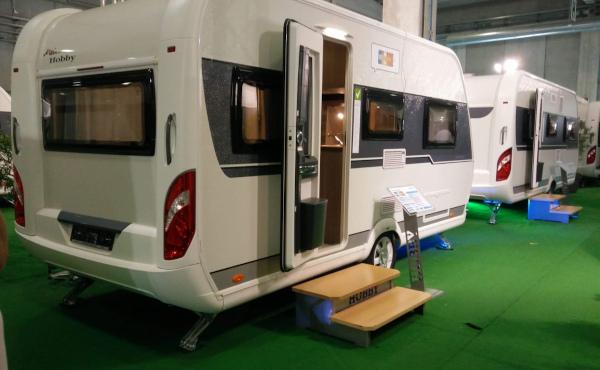 caravan in esposizione al salone del camper