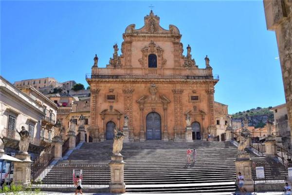 chiesa con scalinata