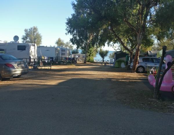 viale del campeggio con piazzole vista mare
