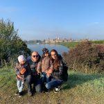 famiglia sulla riva del fiume