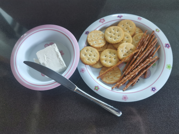 cracker, stick salati e formaggio spalmabile