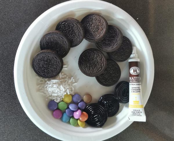 biscotti, zuccherini, confettini, liquirizia, penna per decorare dolci
