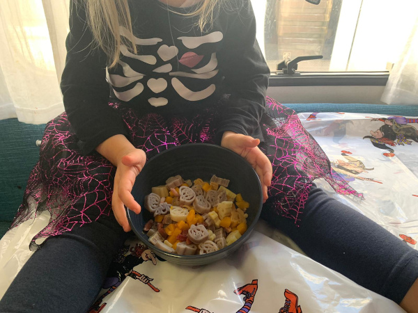 bimba mostra pasta di halloween