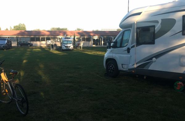 parco area sosta con camper parcheggiati