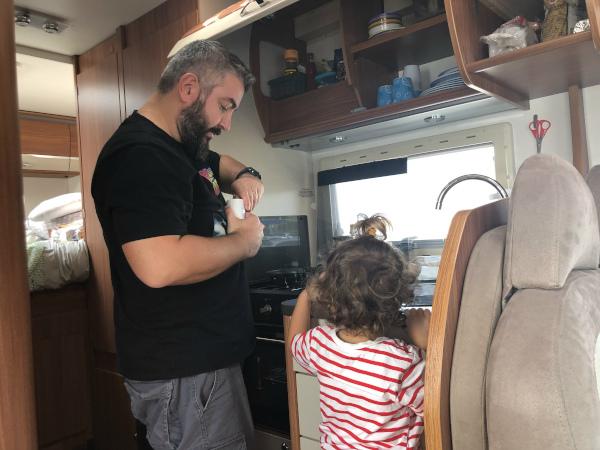 papà e bimba cucinano in camper