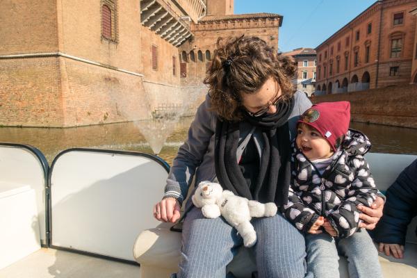 mamma e bimba sulla barchetta nel fossato del castello