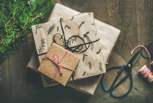 regali di natale su tavolo di legno