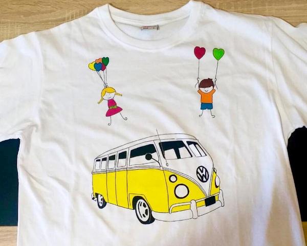 t-shirt dipinta a mano con van e bimbi