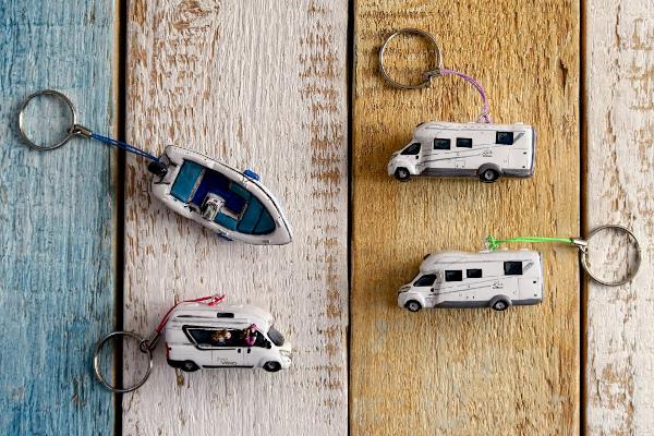 portachiavi con mini camper e mini barca