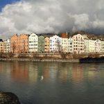 fiume con case colorate