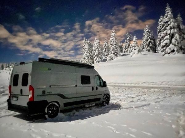 van parcheggiato in mezzo alla neve