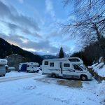camper parcheggiati sulla neve
