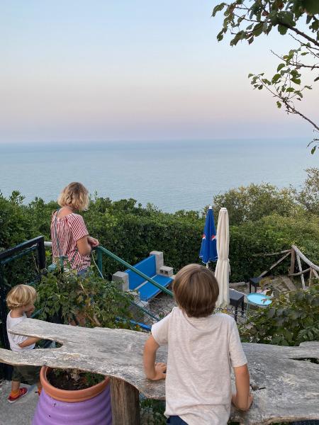 bimbi che guardano il panorama