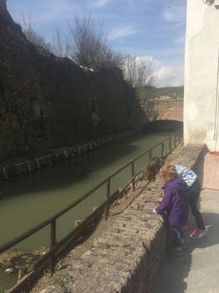 bimbe affacciate lungo la riva del fiume