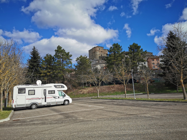 camper parcheggiato ai piedi del borgo