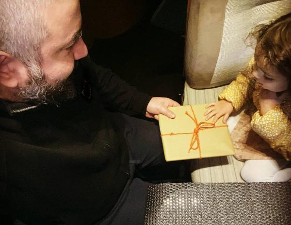 bimba da regalo al papà in camper