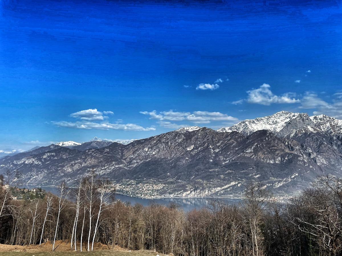 vista del lago di como come montagne sullo sfondo