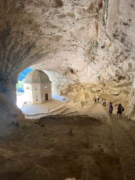 tempio in una grotta