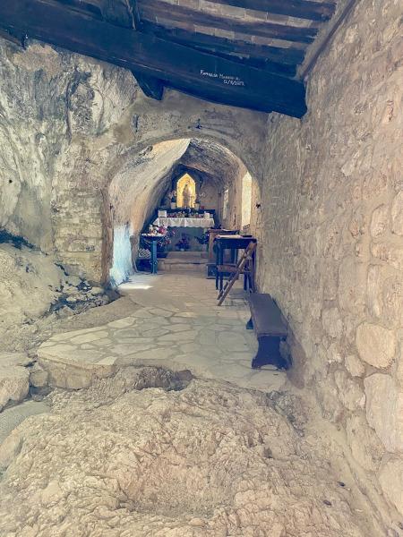 interno di un tempio tutto in sasso