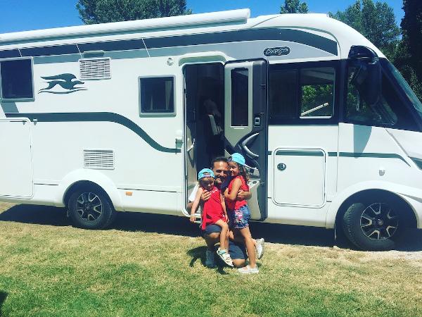 bimbe e papà davanti al camper in campeggio