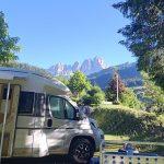 camper parcheggiato con vista sulle montagne