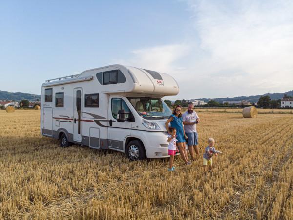 famiglia in mezzo a un campo di grano