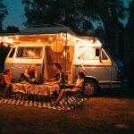 famiglia cena fuori dal van illuminato